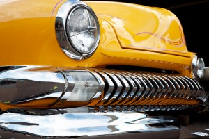světla u žlutého automobilu