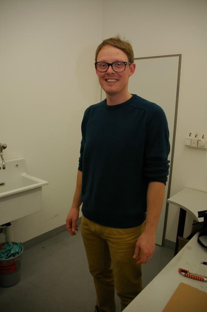 Jakub Hak se ve své laboratoři chystá ukázat, jak se testuje hořlavost materiálů.