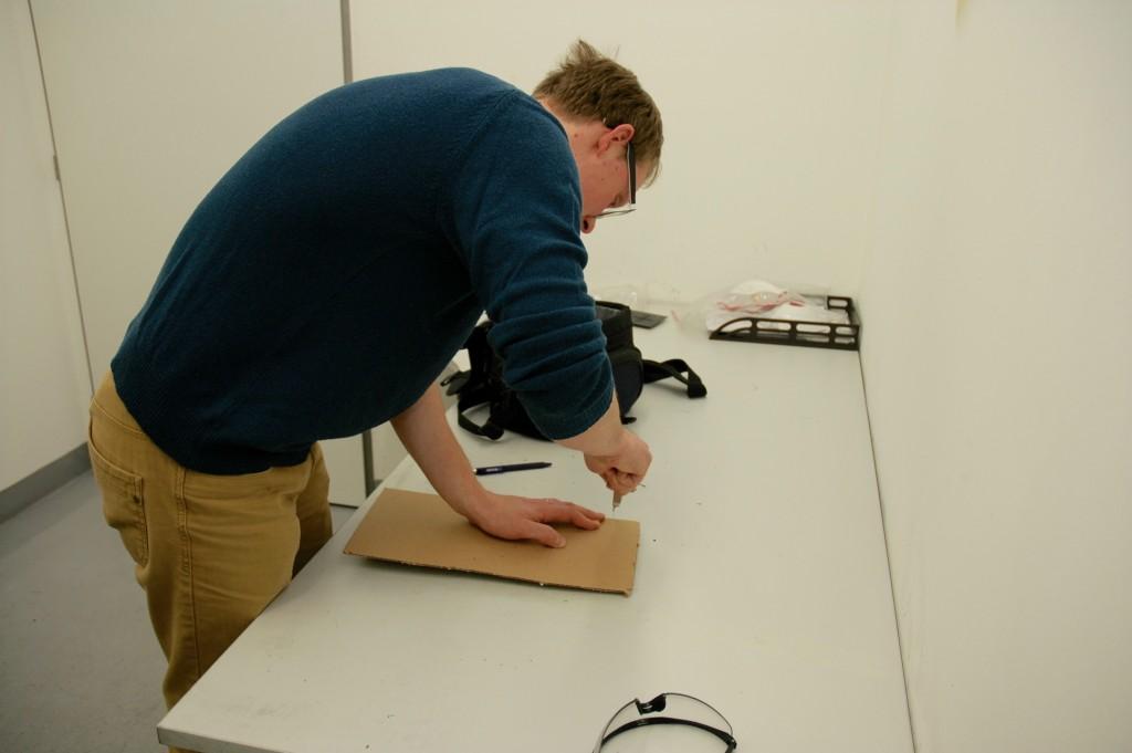 Dodaný vzorek se nejprve musí pomocí pásové pily nebo pákových dílenských nůžek upravit na potřebnou velikost.