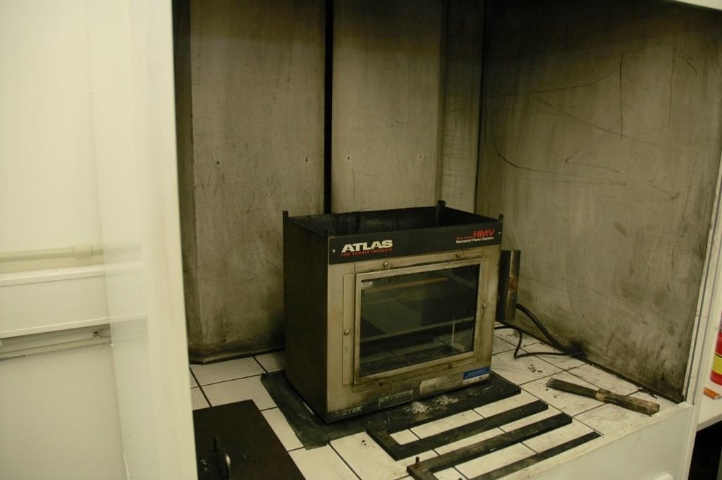 Jakub Hak nám ukazuje spalovací komoru, v níž se testuje rychlost hoření.