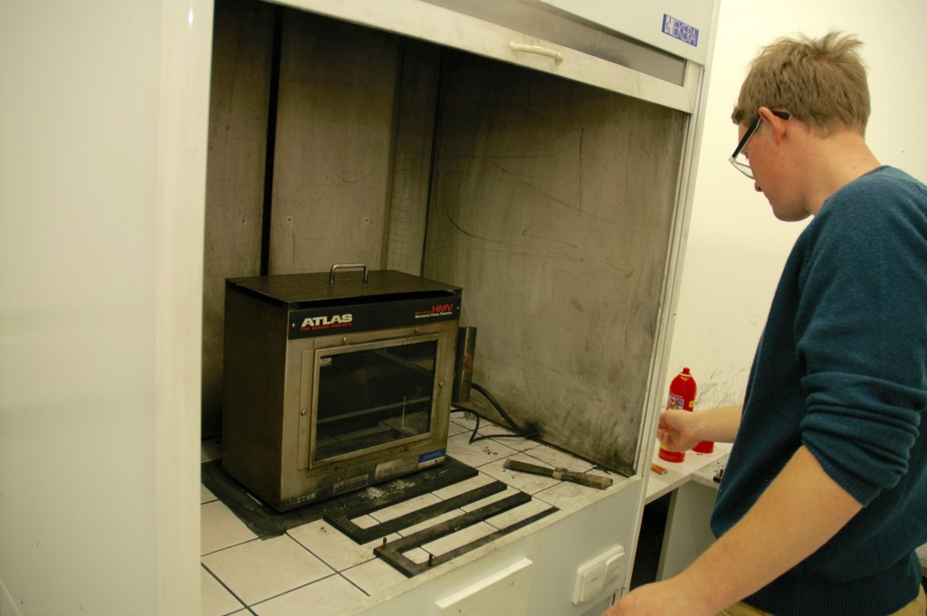 Zapálí se plamen, seřídí se na výšku 38 milimetrů a přiloží se ke vzorku na 15 vteřin. Nesmí se zapomenout na digestoř, tedy odtah spalin, samozřejmě snormovaným průtokem vzduchu.