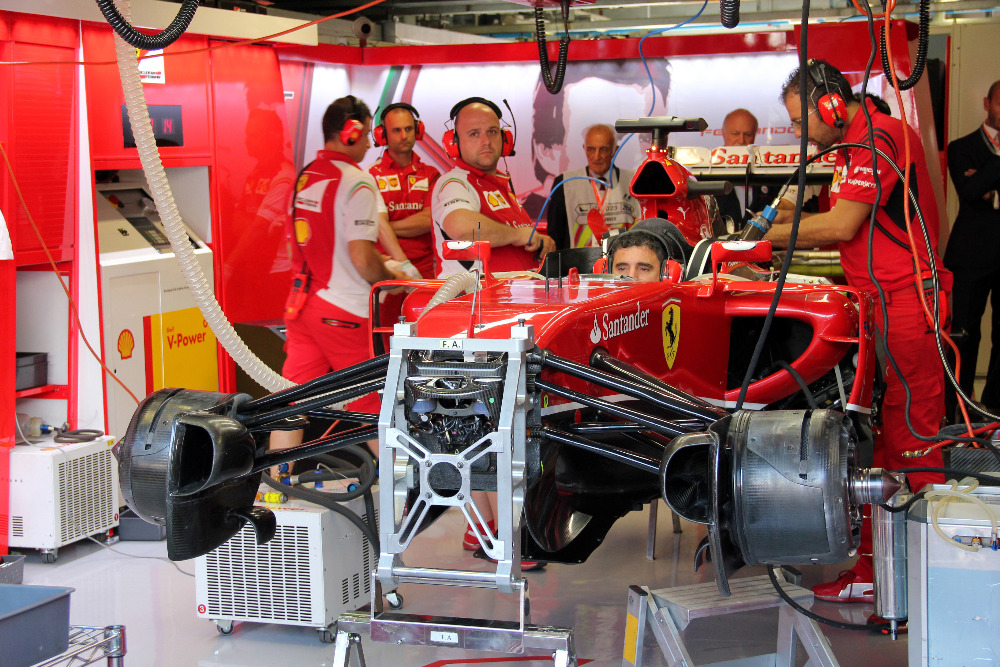 Z boxu z Monzy v roce 2014. Přední zavěšení kol a oblast předního kola, na kterém Martin pracoval většinu času ve Ferrari.