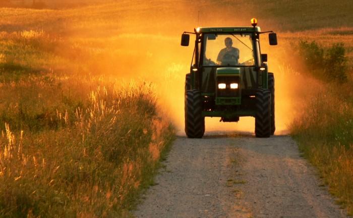 traktor na poli
