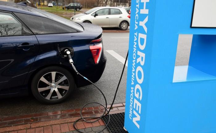 Vodíkové auto u nabíječky