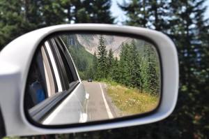 zpětné zrcátko s výhledem na hory