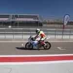 Elektrická motorka na závodní dráze