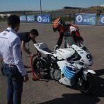 Elektrický motocykl a závodník
