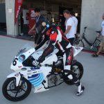 Závodník a elektrická motorka