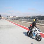 Závodník na elektrické motorce