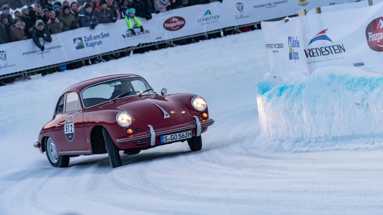Červené auto závod na ledu
