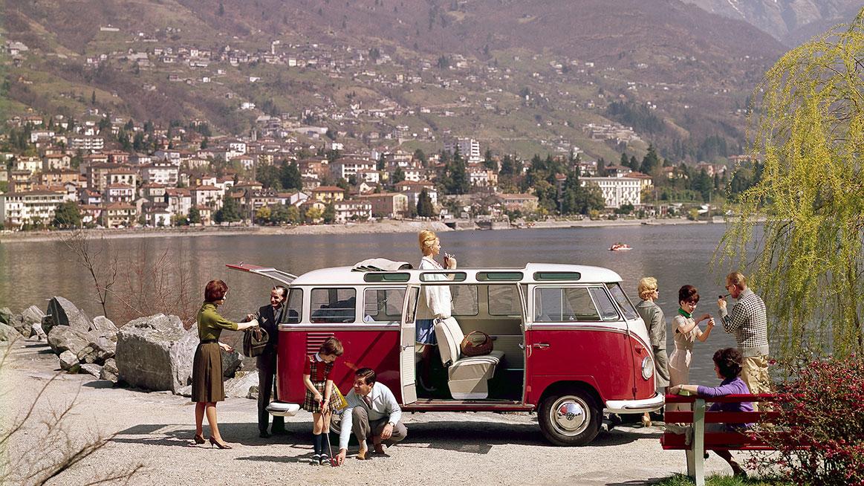 Automobil Volkswagen T1 s rodinou na výletě