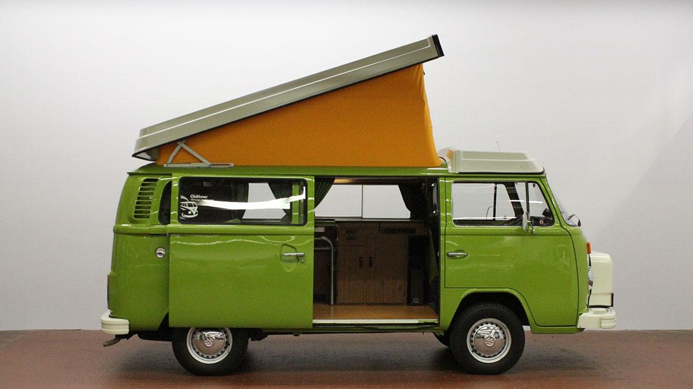 Zelený automobil Volkswagen T2 s vyklápěcí střechou