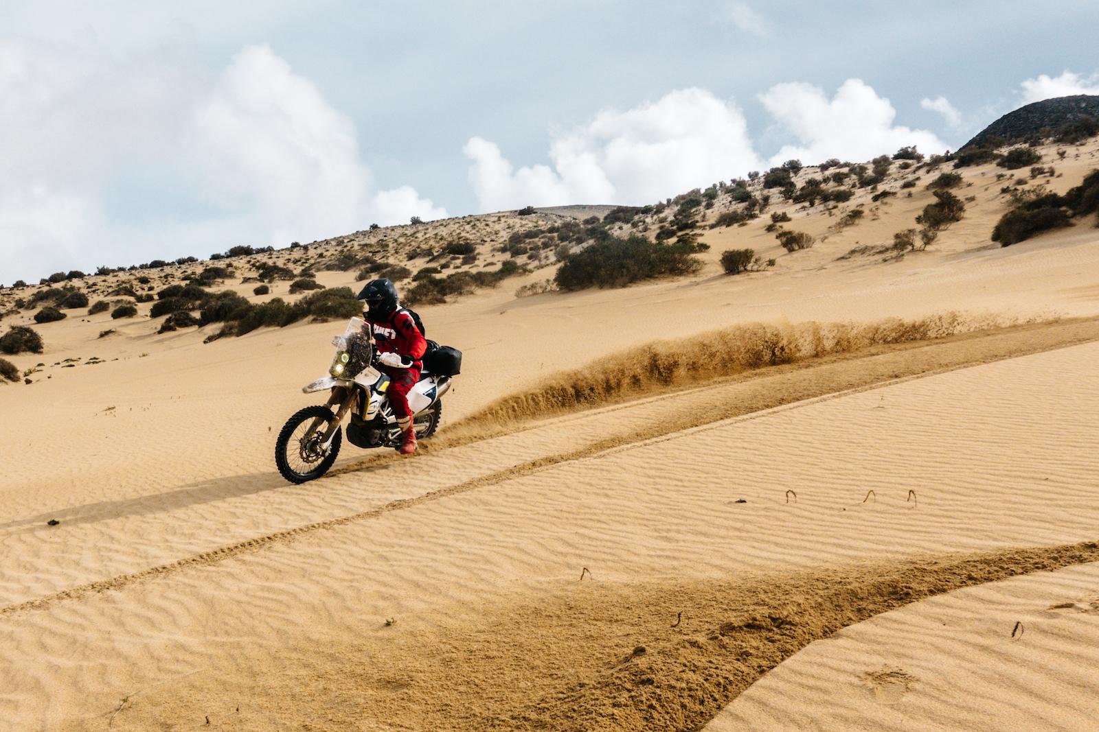 Závod v poušti na enduro motocyklu KTM