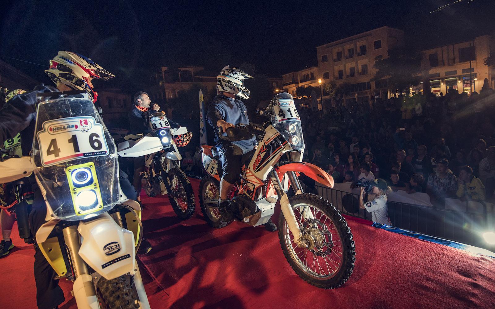 Start rallye závodu enduro motocyklů KTM
