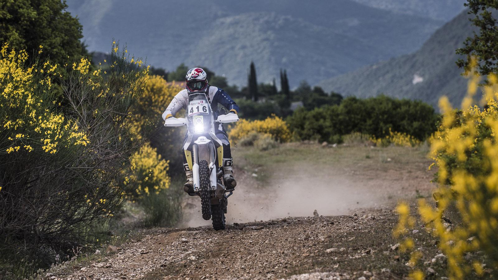 Závodník na enduro motocyklu KTM při rallye