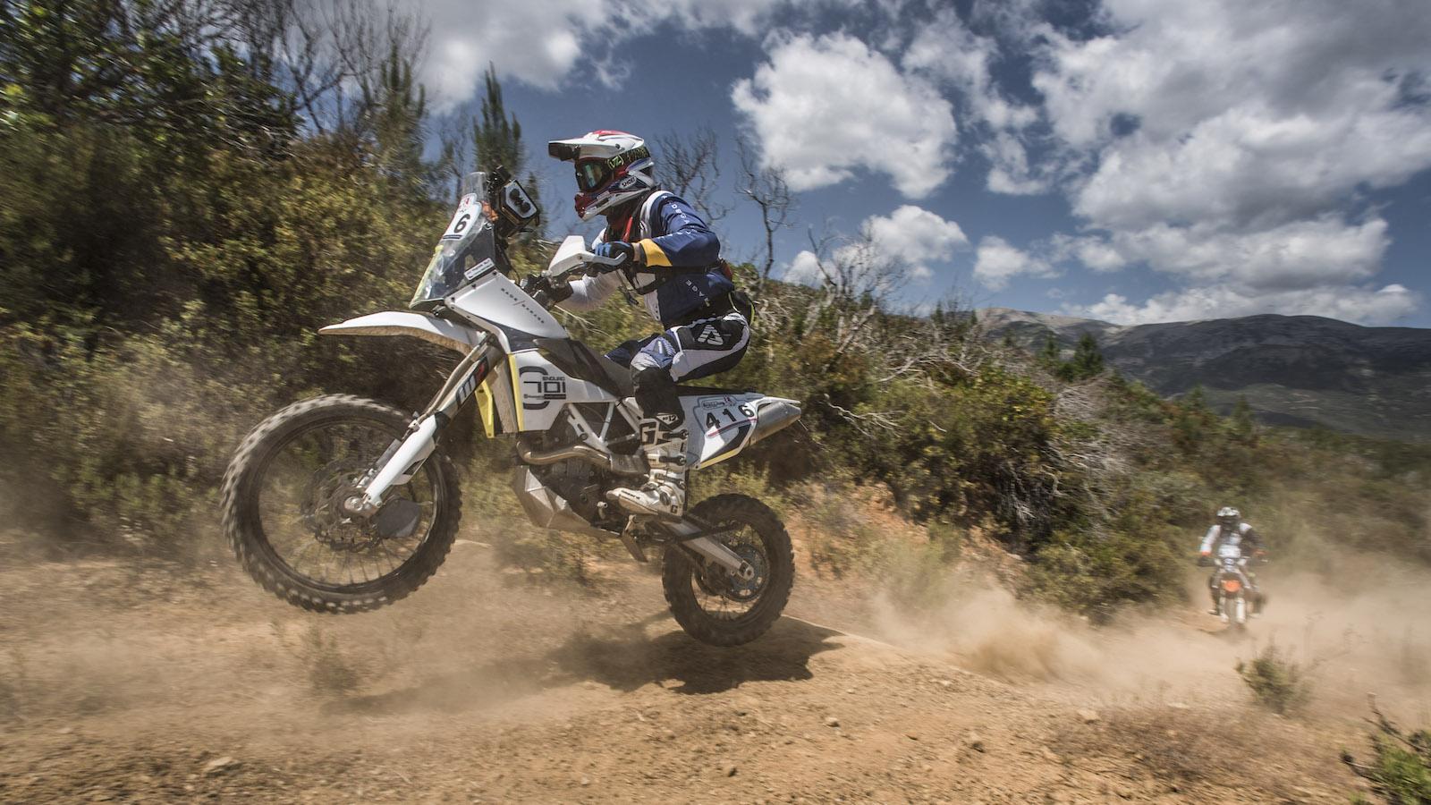 Závodníci při rallye na enduro motorkách KTM