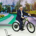Bernhard Maier přijíždí na elektrickém kole Škoda Klement na tiskovou konferenci na autosalonu v Ženevě.