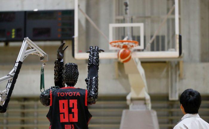 Robot-basketbalista CUE3 od Toyoty se zapsal do Guinnessovy knihy rekordů