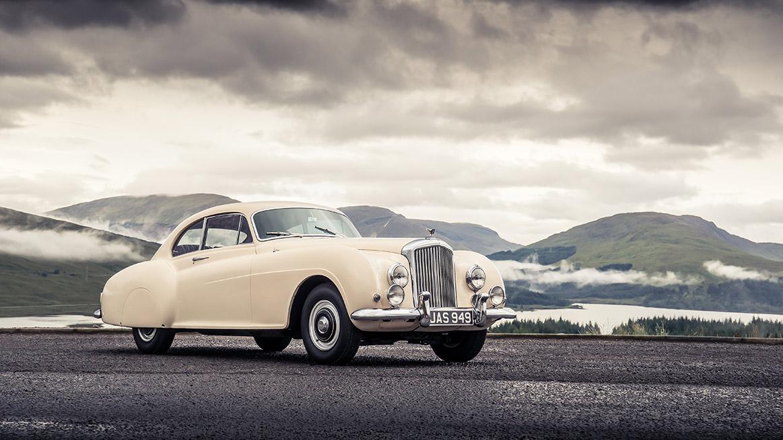 Bentley Cornich: kvůli druhé světové válce automobilka nemohla tento pohledný model uvést na trh. Když se nebe nad Evropou zatáhlo, připravená byla pouze pětice podvozků. A jenom jeden z nich dostal karoserii — ten na obrázku. Mnozí jej považují za předchůdce pozdějšího Continentalu.