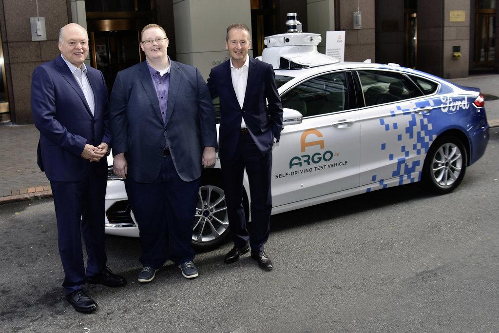 Prezident Fordu Jim Hackett, ředitel Argo AI Bryan Salesky a šéf Volkswagenu Herbert Diess