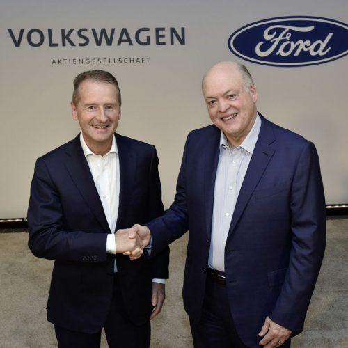 Šéf Volkswagenu Herbert Diess a prezident Fordu Jim Hackett