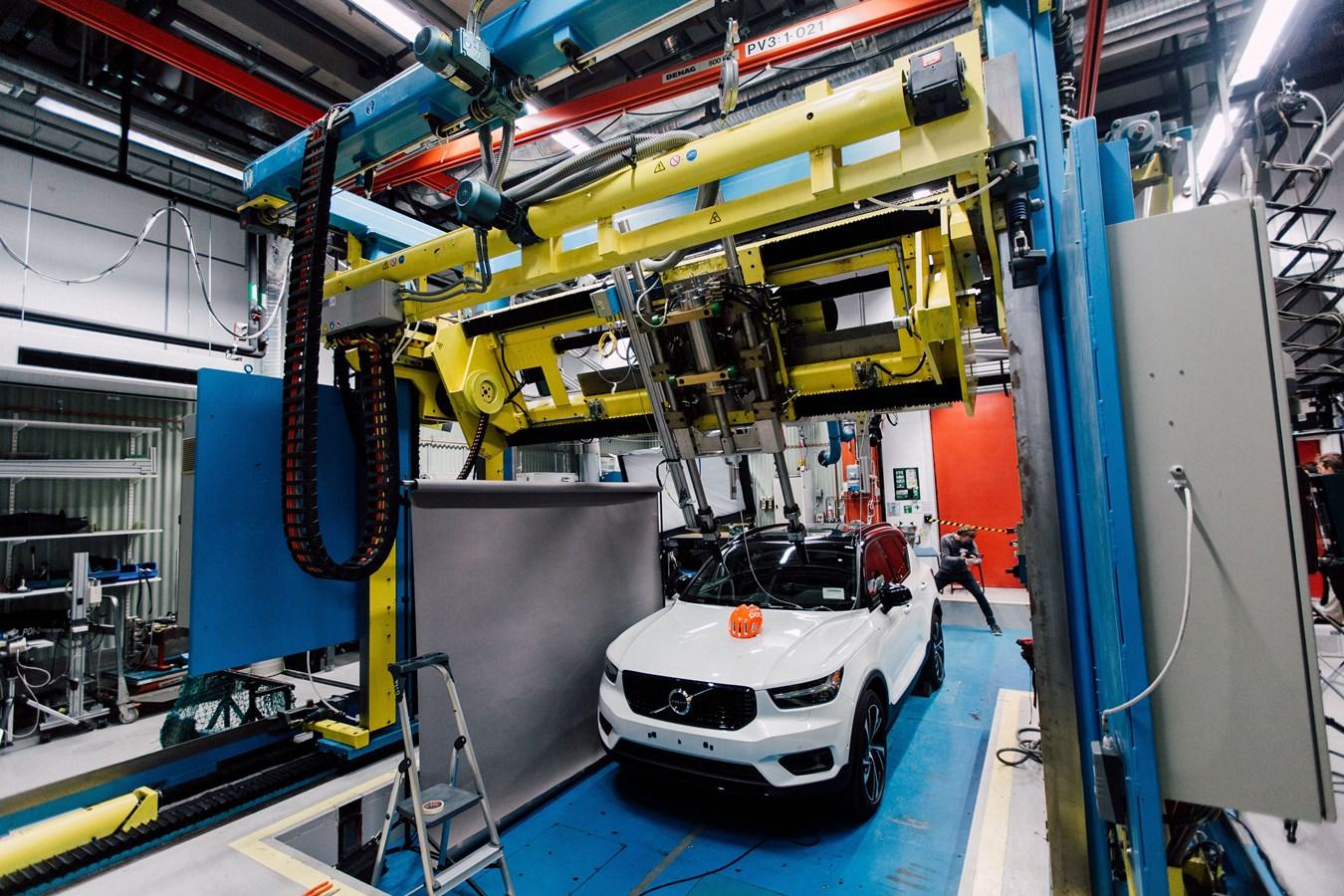Testování cyklistických přileb ve spolupráci POC a Volvo.